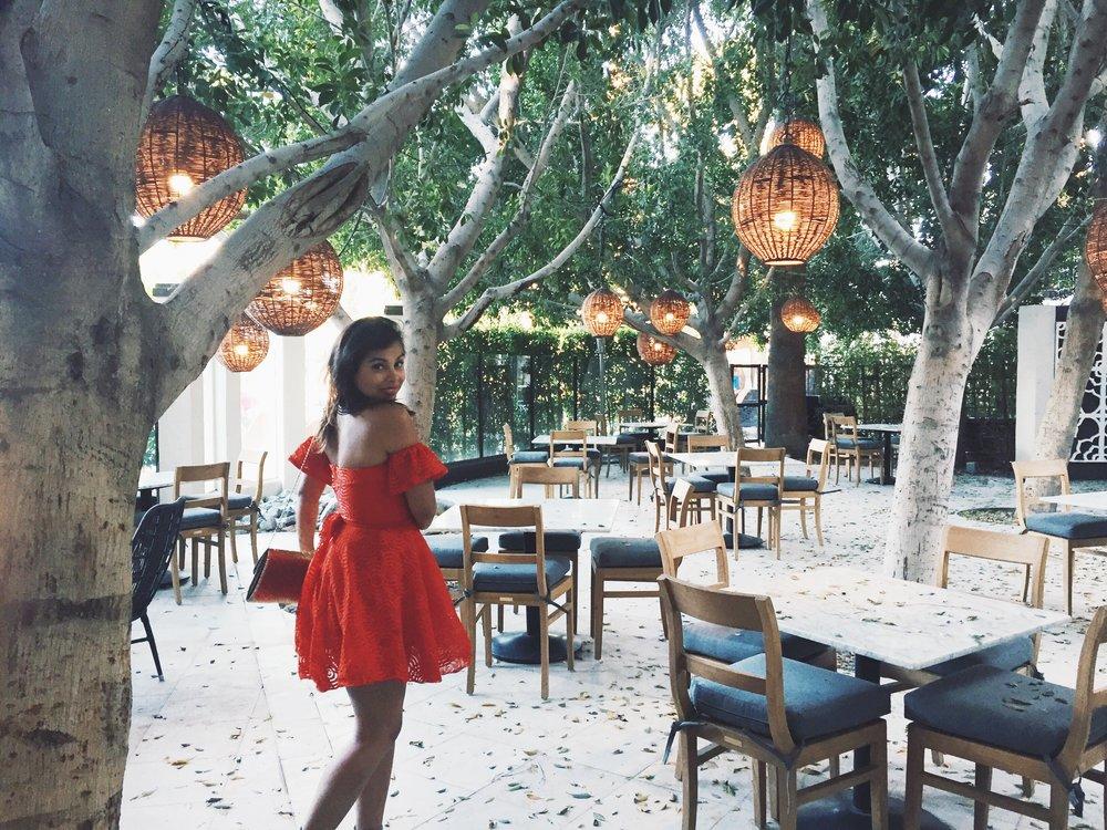 O patio do Cantala e Cafe Palmetto. Vestido: Forever 21