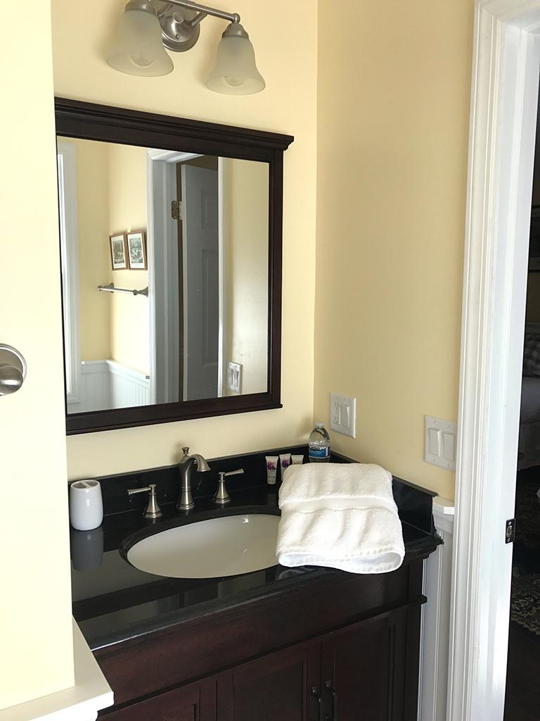 bed3_bathroomb.jpg