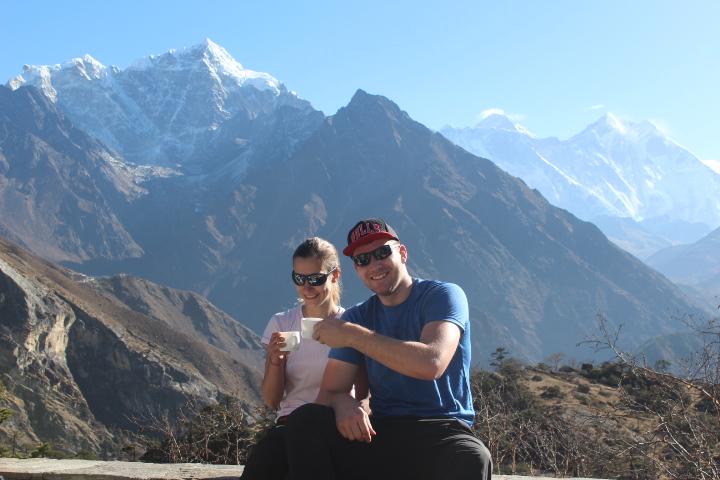 Thưởng thức một tách trà masala nóng ở Everest View Hotel.