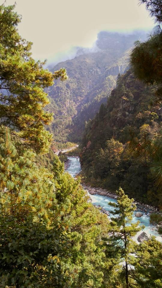 Dòng sông Dudh Kosi chảy ngang qua rừng quốc gia Sagarmatha, ảnh chụp bởi Giang Hoàng.
