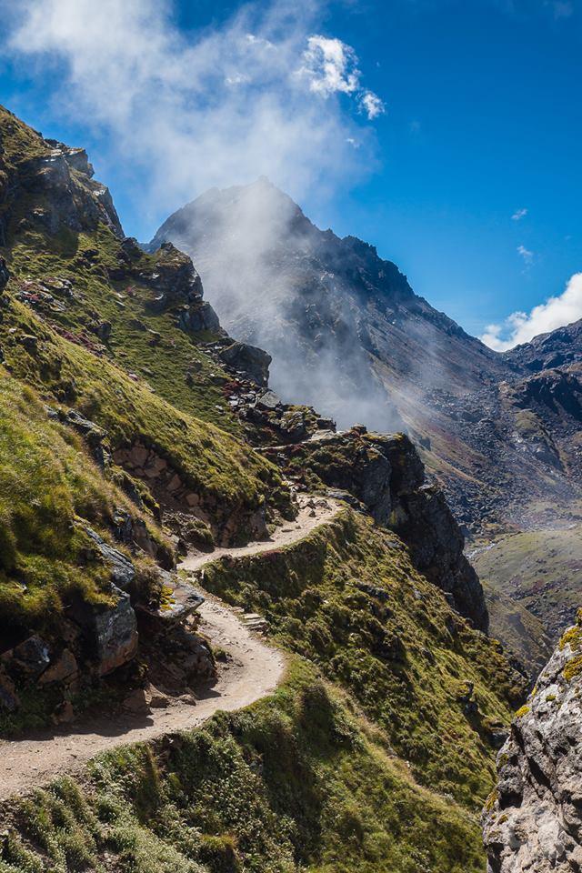 Con đường xoắn ngang qua sườn núi. Hình chụp bởi Giang.
