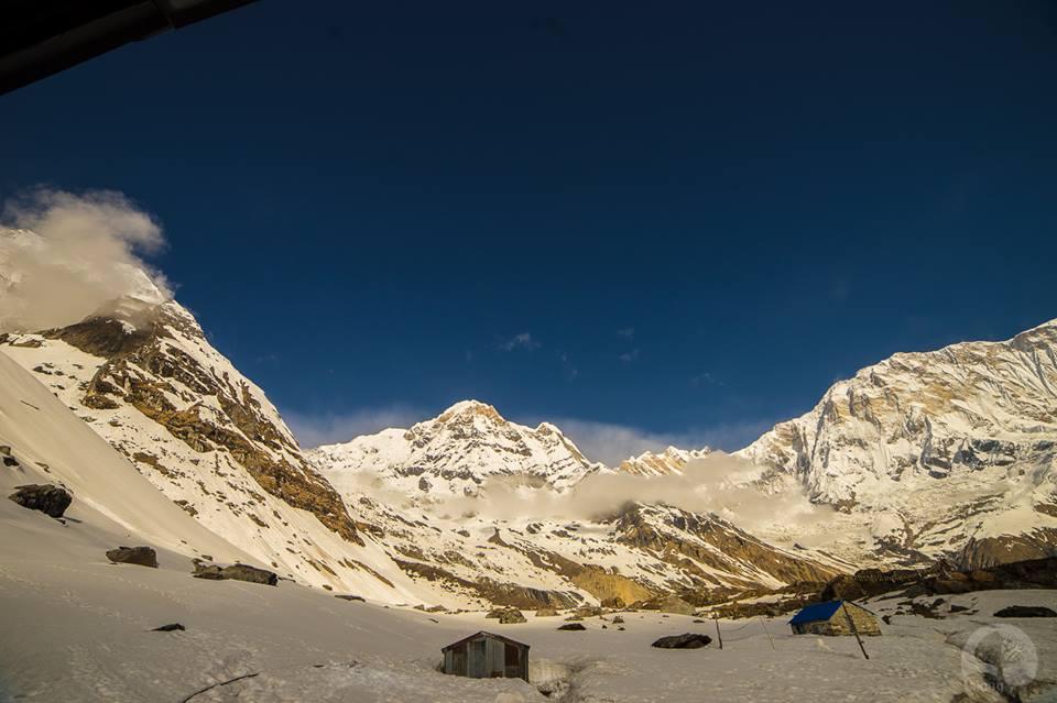 Trong lòng Annapurna Base Camp. Hình chụp bởi Giang.