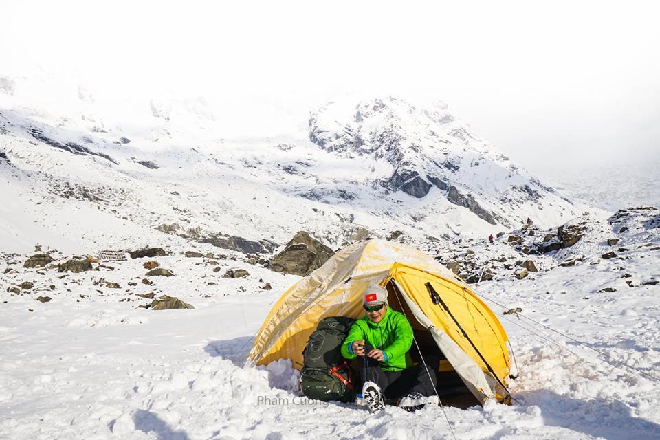 Annapurna Sanctuary đầy tuyết phủ vào mùa xuân. Ảnh chụp bởi Phạm Cường.
