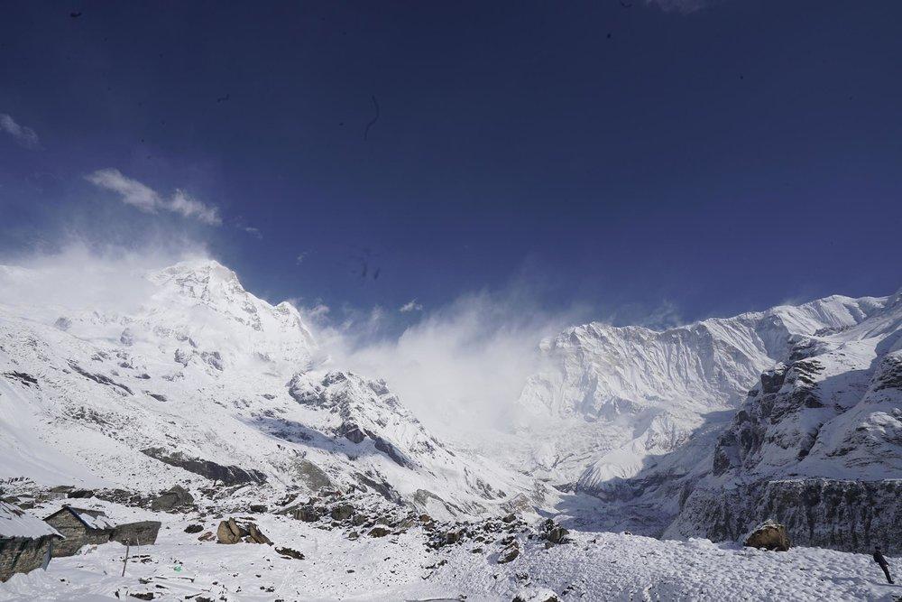 Bên tay trái là phía nam của Annapurna South 1, từ độ cao 4,000m thì trông nó cũng không có gì là nguy hiểm nhỉ