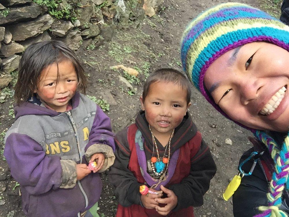 Trẻ em ở khu bảo tồn Manaslu