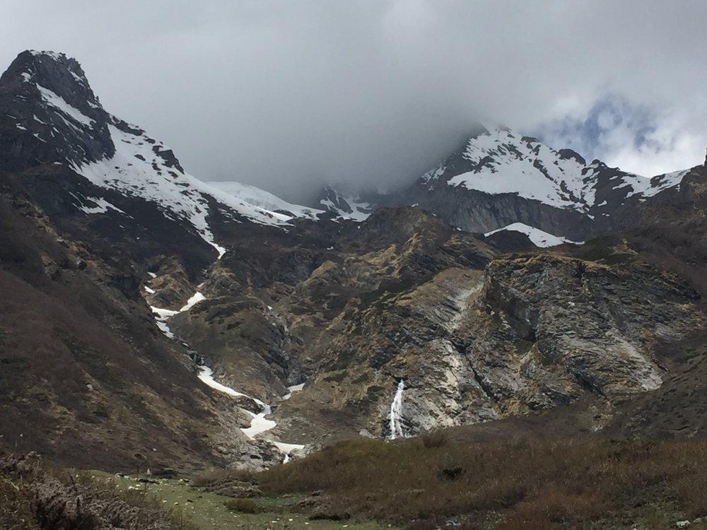 Sông băng và chảy sẻ đôi ngọn núi