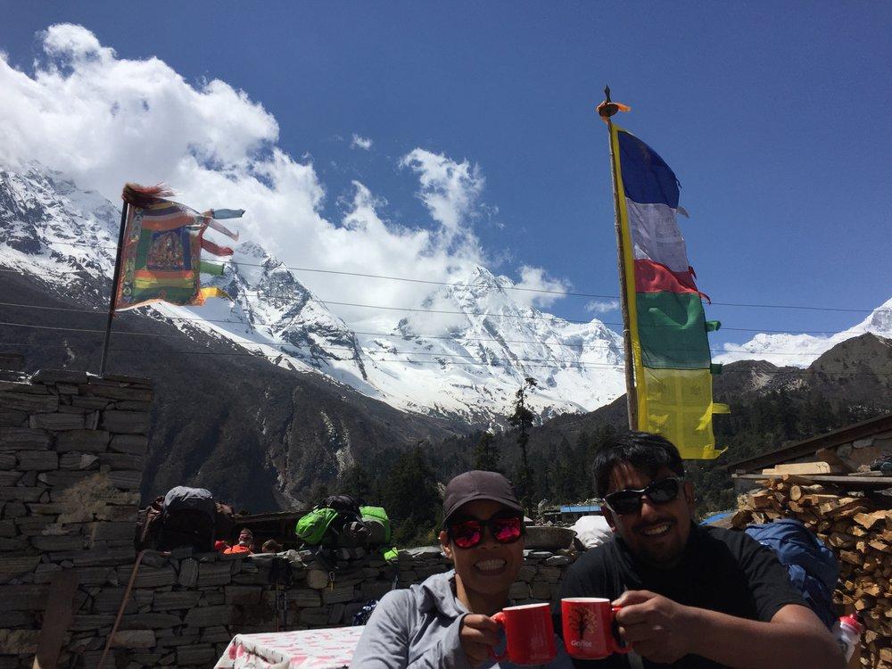Tách trà Masala nóng hổi với cảnh đẹp tuyệt vời