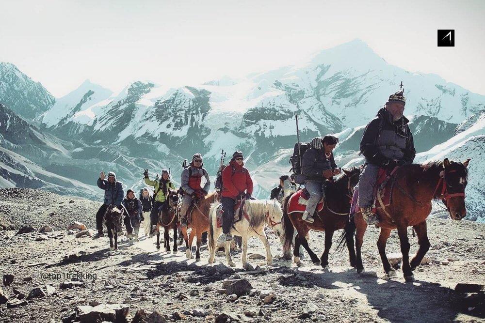 Khách du lịch trên lưng ngữa qua đèo Thorong La điểm cao nhất của cung trek Annapurna Circuit với độ cao 5,416 metres (17,769 ft) tính từ mặt nước biển. Hình chụp bởi Mohan Duwal.