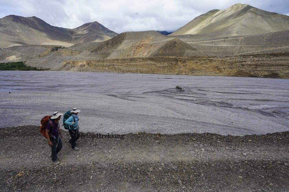 Phong cảnh như trên cung trăng với dòng sông Kali Gandaki bên dưới