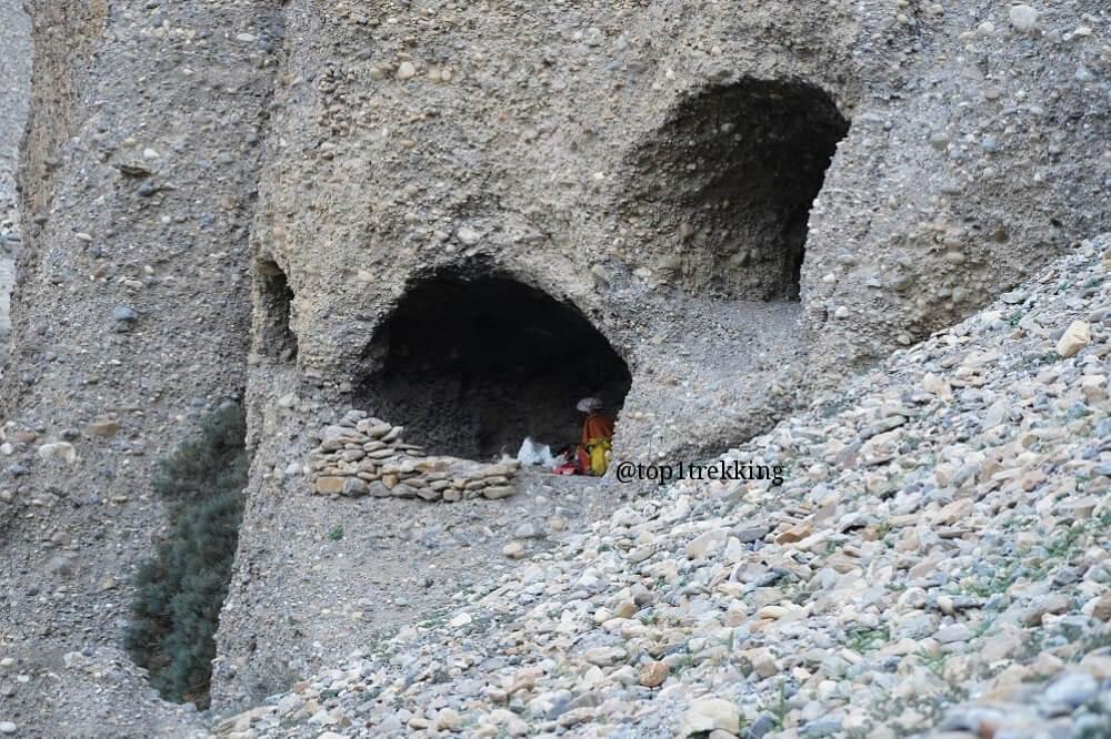 Hang đá nơi tu sĩ ở Ẩn