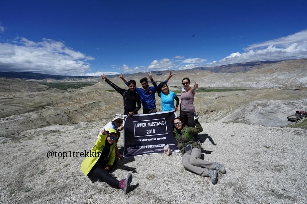 Trên đèo Lo La, thủ phủ Lo Manthang thấp thoáng bên dưới xa