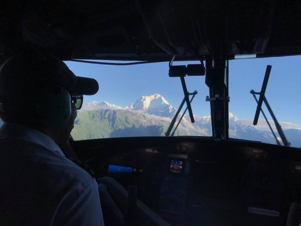 Dãy núi Dhaulagiri hiện lên lộng lẫy