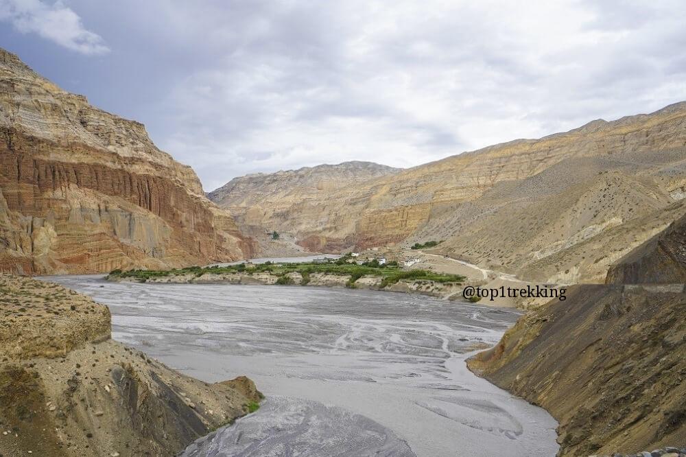 Cao nguyên gió cát phong hóa hàng triệu năm ở Mustang