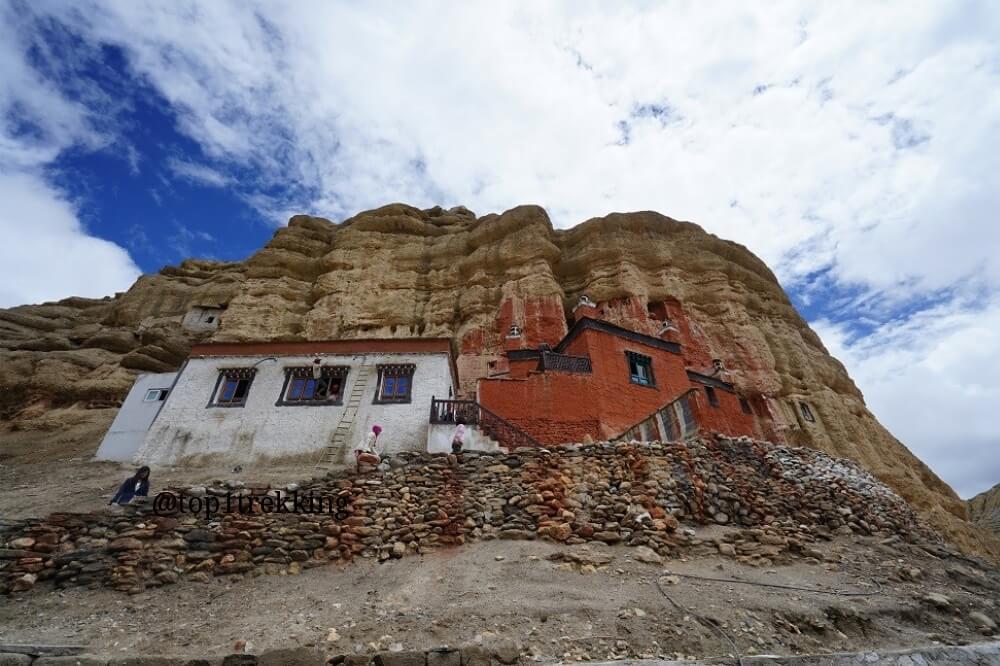 Tu viện sơn đỏ Red Gompa ngay sườn núi, Lo Manthang