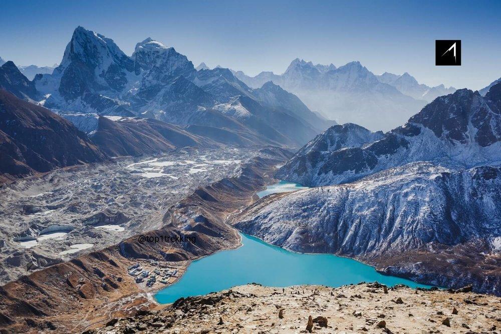 Hồ nước màu ngọc lam Gokyo bên cạnh sông băng Ngozumba và phía trên là đỉnh núi cao nhất thế giới Everest và Lhotse và những ngọn khổng lồ khác nhìn từ đỉnh Gokyo Ri