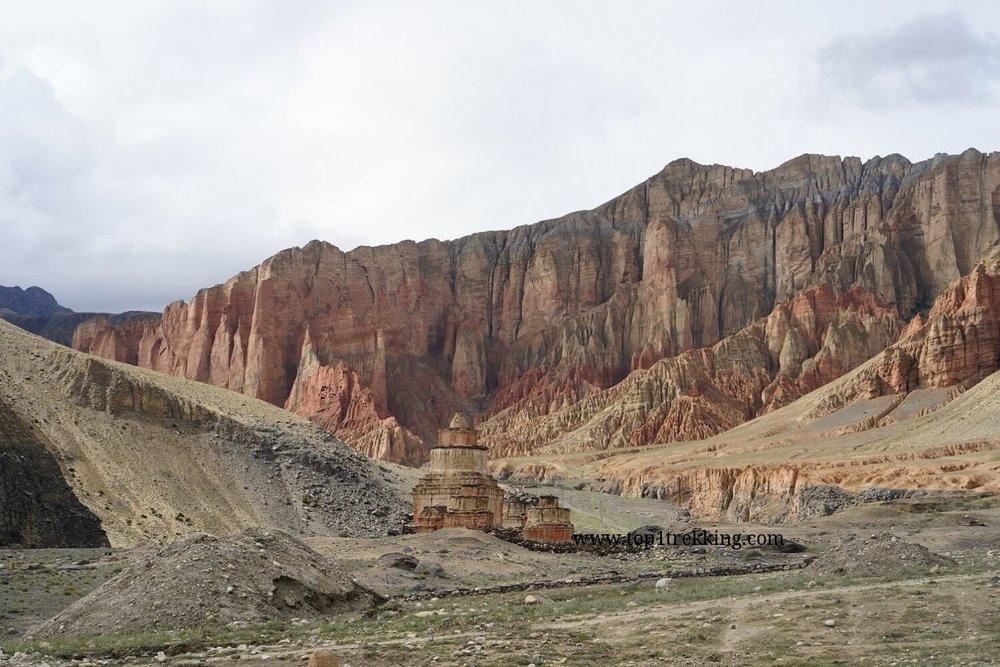 Vách đá đỏ được cho là máu của quỷ dữ còn vương lại ở Upper Mustang