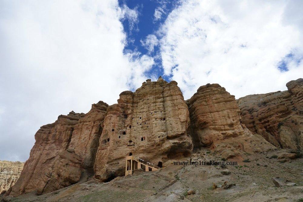 Hang động được đẽo cheo leo trên vách núi vùng Upper Mustang