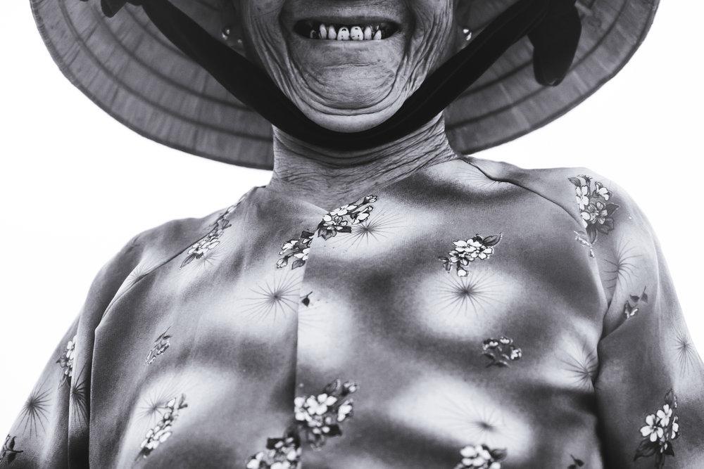 Vietnam-smile-non-la