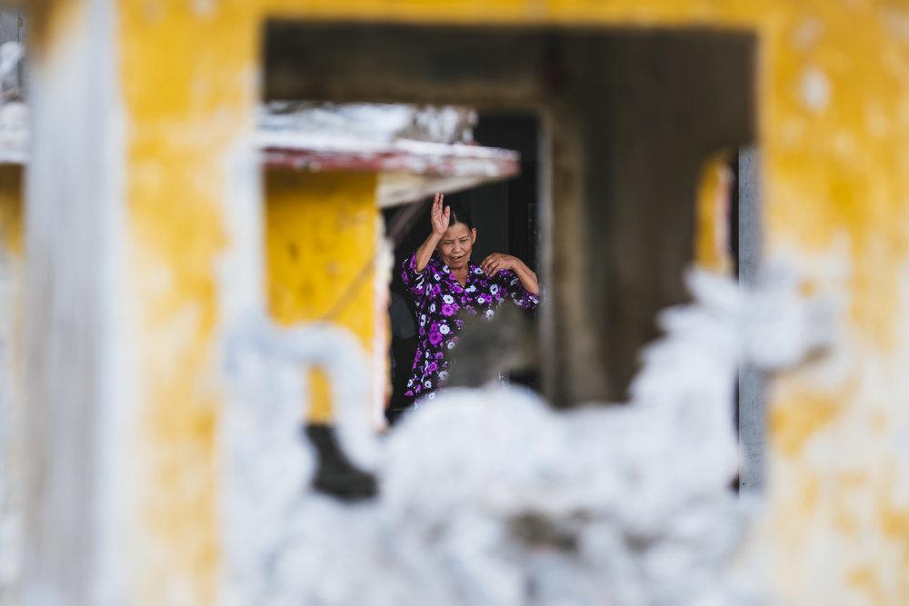 Vietnam-woman-waving