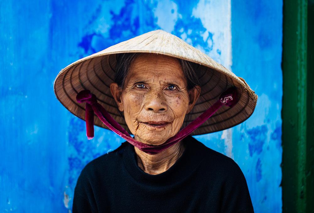hoi-an-vietnam-lady