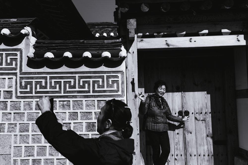 chinese-tourists-bukchon.jpg