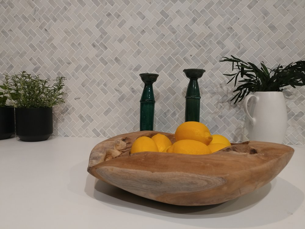 Little touches of unfinished wood bowls and house plants, made this scheme beautifully earthy