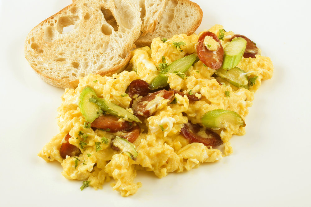 Scrambled Eggs with Green Asparagus & Portuguese Sausage. 蘆筍葡腸炒蛋.