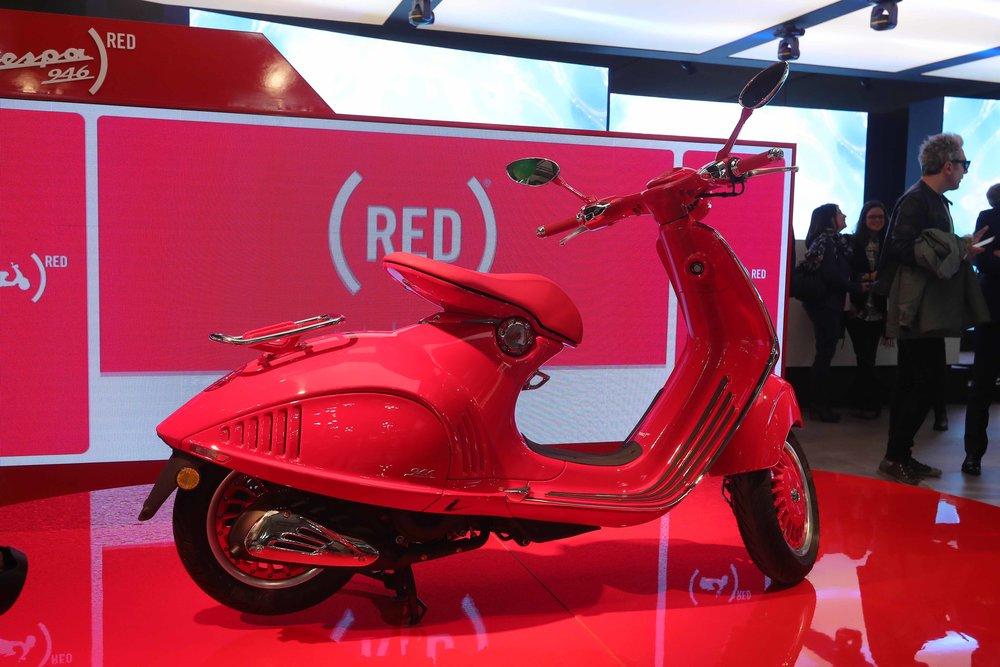 05 Vespa 946 RED_stand.JPG