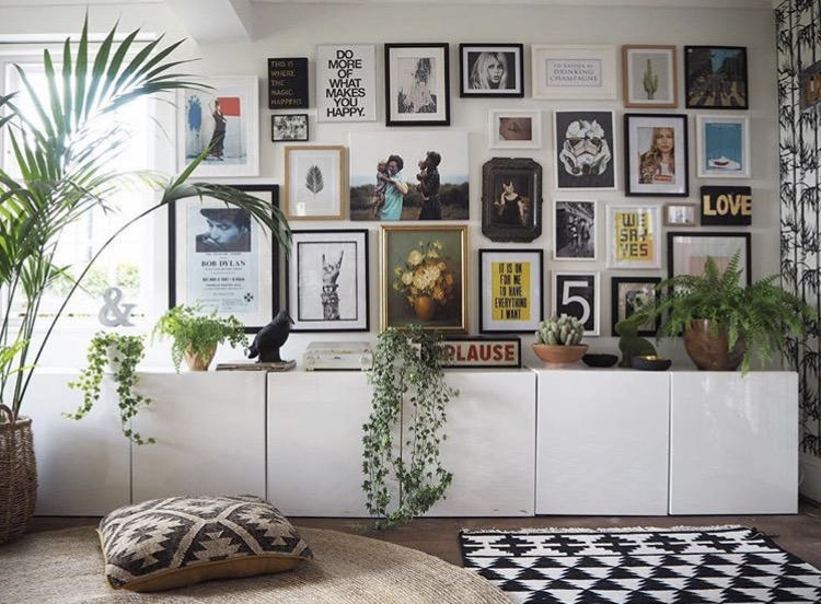 Stylist and blogger  Lisa Dawson  knows how to Gallery wall like a boss!