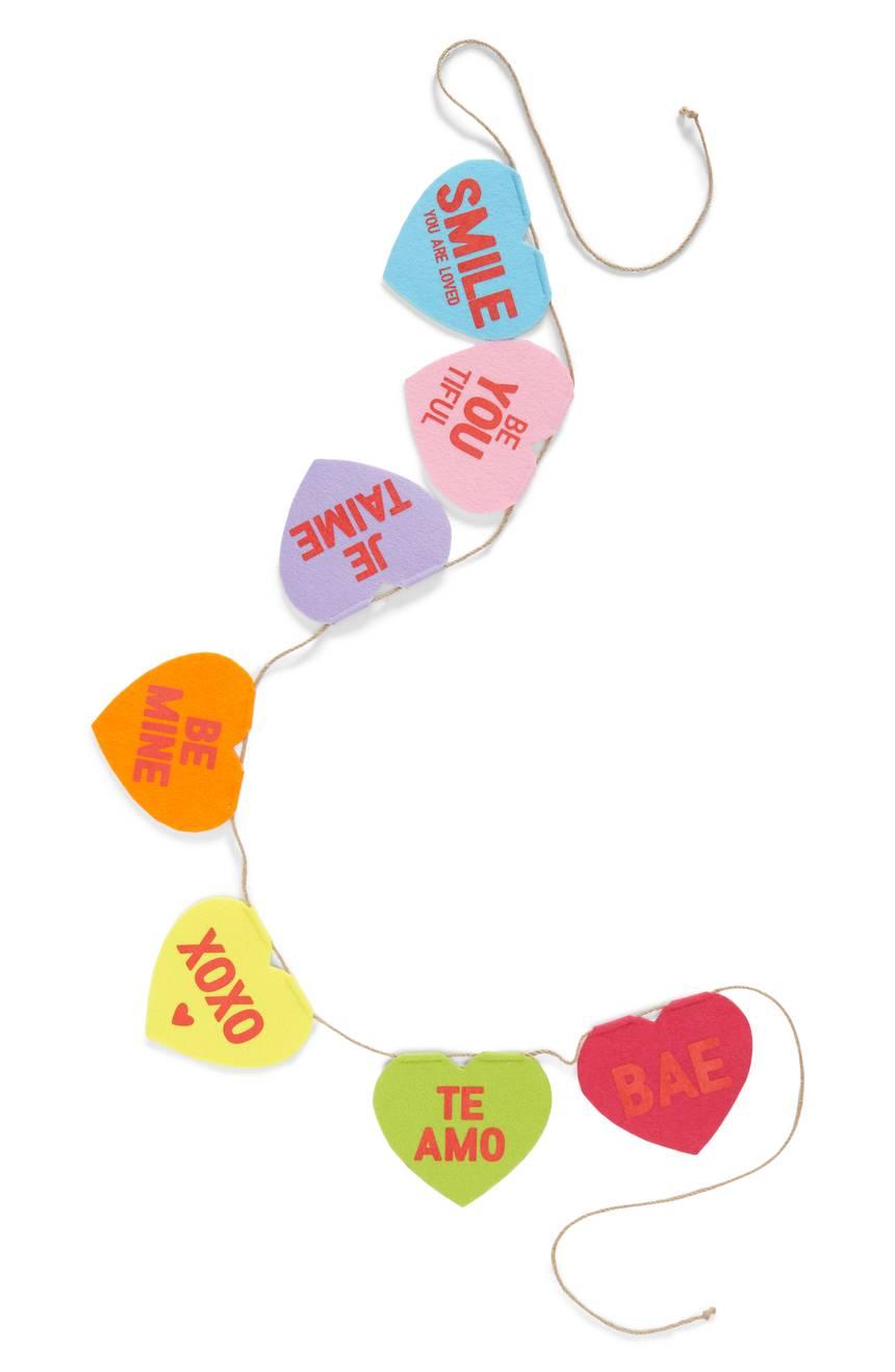Banner de corazones. Cuesta US$26.99 en nordstrom.com.