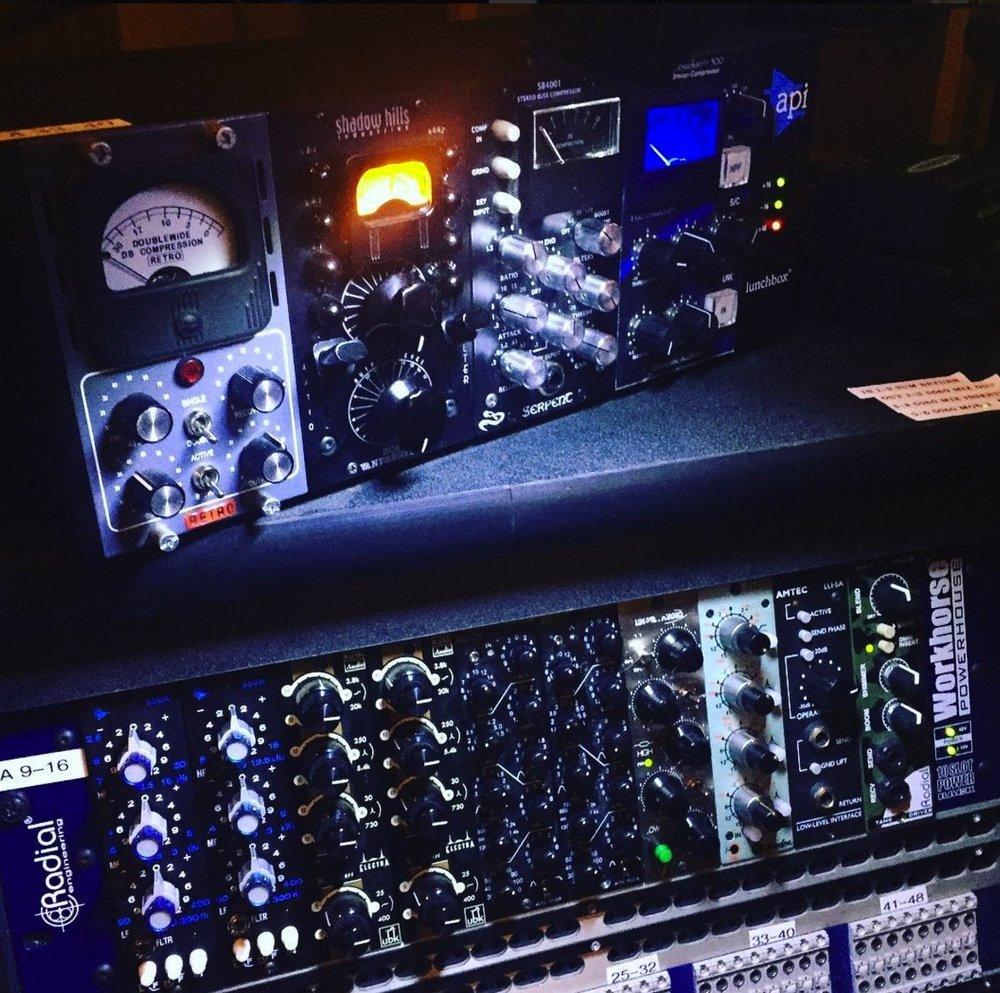 """EQ - (2) Alta-Moda AM-25(2) API 550A(1) Avalon VT-737sp(2) Dangerous Music BAX-EQ(2) Kush Audio Electra(1) Little Labs VOG(2) Thermionic Culture """"SWIFT"""" Valve EQ(1) Tonelux EQP5p"""