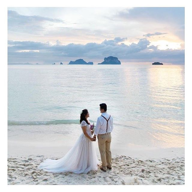 """Quando você recebe essa """"pintura"""" de foto da sua noiva que casou na Thailandia! Morri mil vezes!!! Não é a coisa mais linda, meninas?? Mais detalhes do vestido dela na nossa """"aba"""" #noivasreais! Simplesmente apaixonada! 💕"""