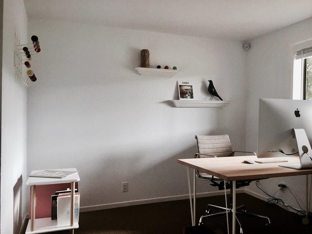 "Private Office ""Haleakala"": Eames Aluminium Desk Chair, VITRA / Eames Bird House Black, VITRA / Eames Hang-It, HERMANN MILLER"