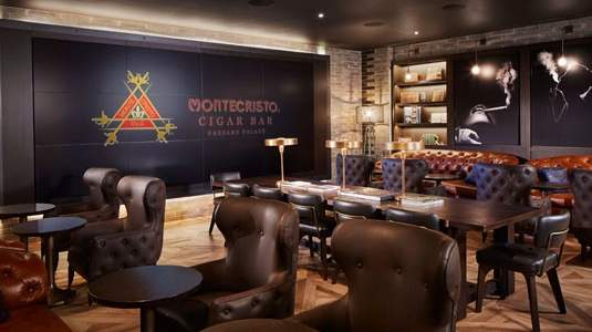 The relaxing atmosphere of the Montecristo cigar bar