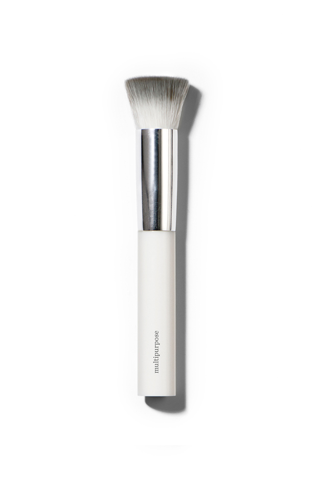 This is an absolute brush winner and will become a makeup bag essential! Designed to give the best application for all creamy products, it's perfect for Cheek & Lip Balms, Versatile Highlighters and Foundation. Apply by buffing into the skin