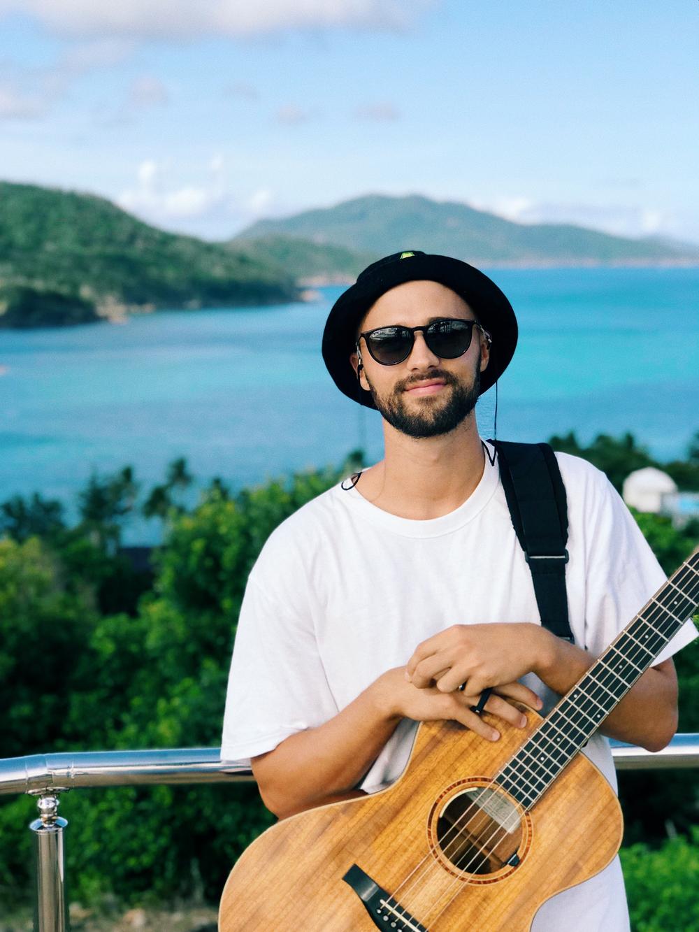 crotti-mark-crotti-hamilton-island-one-tree-hill-acoustic-live-music-march-2019.png