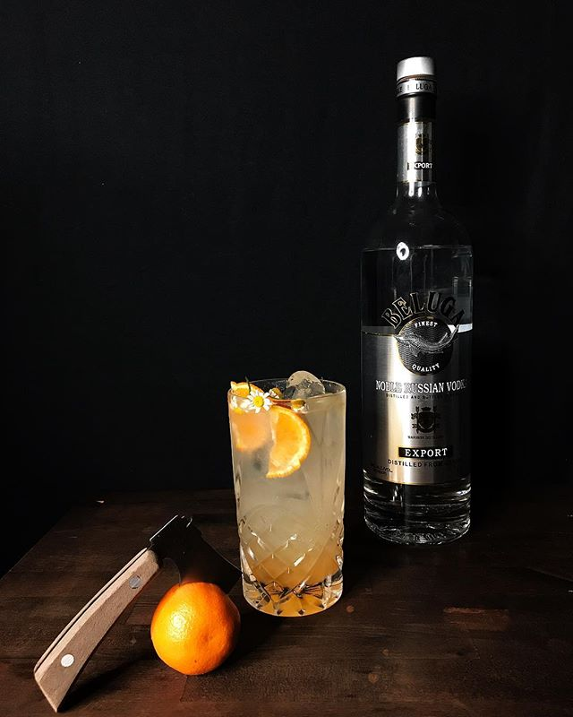Sometimes you need an afternoon delight in this holiday craziness. I'm always here for simple and delicious. Pick yourself up and enjoy this afternoon cutie. . . . . Fresh Mandarins  Elderflower Liqueur  Beluga Vodka  Tonic . . . . #belugavodka #vodkashots #vodkasoda #cocktails #cocktailsofinstagram #cocktailsoftheday #cocktailcircus #christmas #christmastree #christmasdecor #instamood #instagram #instagood #imbibe #bonjour #bonappetit #bonappetitmag #marthastewartliving #foodie #foodgram