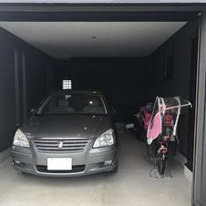 1階のガレージ内部。車や奥さまのロードバイクなども収まる。