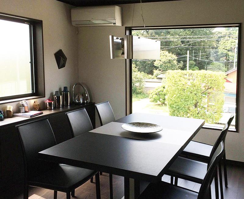 2階の開口に面したダイニング。テーブル、チェアなどは北欧家具のボーコンセプトで統一し、モノトーンにまとめた。