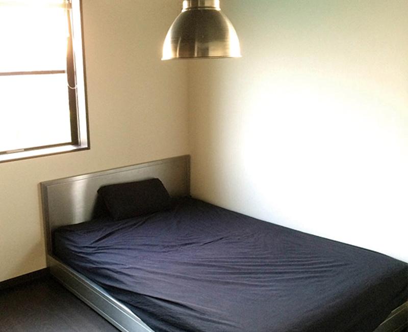 3階の主寝室。ステンレスのベッドフレームはオーダーメイド。