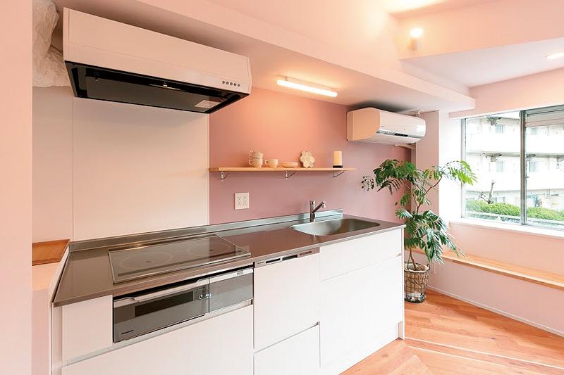 壁付けしたL2100㎜サイズの造作キッチン。ステンレスの天板にはバフ研磨を施した。