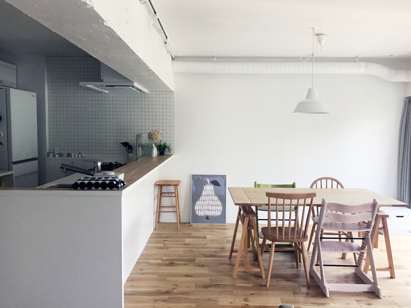 2階LDKに南面から光が差し込む。壁付けだったキッチンは間取りの中央に配置した。照明はMADE BY HAND、テーブルとイスはMOMO naturalで購入。
