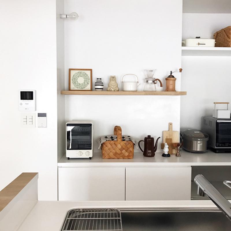 キッチン背面にタモ材で飾り棚を造作。