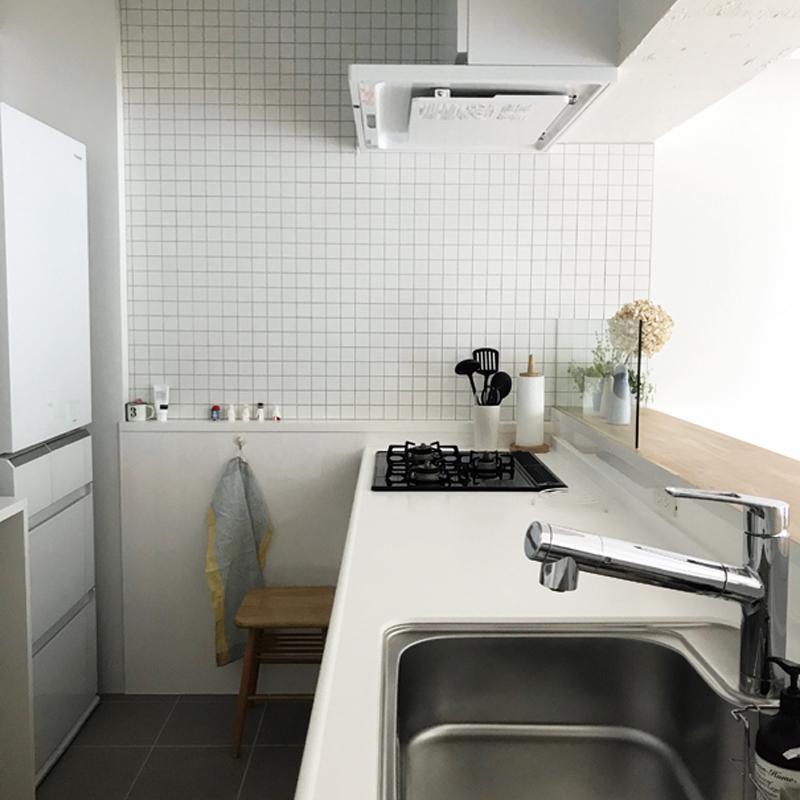 キッチンタイルはニッタイ工業のアートモザイクコレクションからアートホワイトを選んだ。