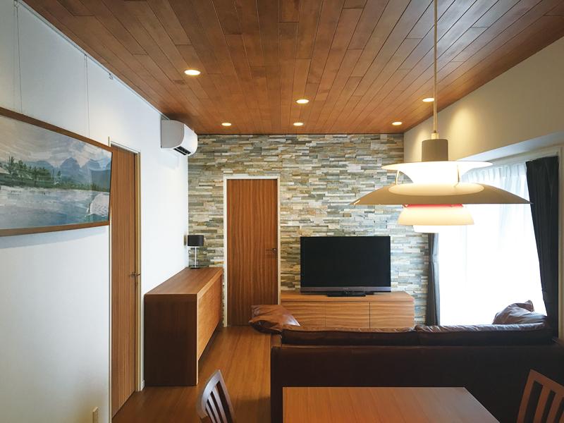 天井材は軽量の針葉樹(ツガ)にスプレー塗料を施してイメージ通りに仕上げた。