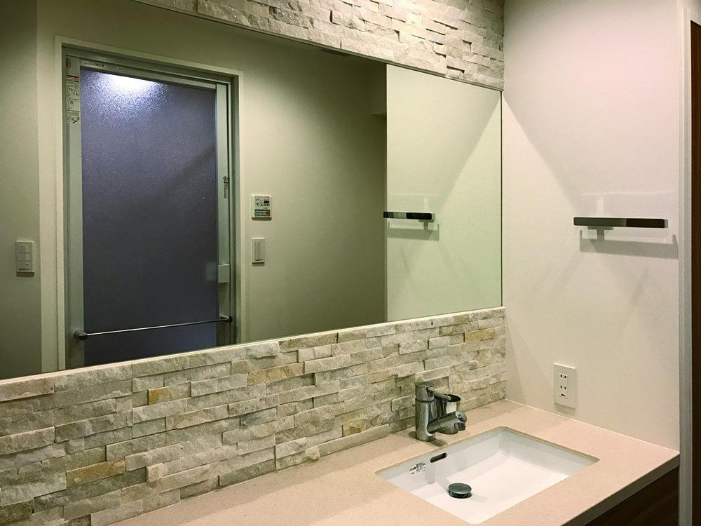 石壁は原さんからの提案。ダイニングには洗面と同じシリーズの色違いを張った。