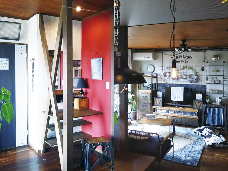 右/テレビボードとテーブルはd-Bodhi。金網の一部を壁飾りに。。左/リビングの一角に設けたワークスペース。赤い壁がアクセント。