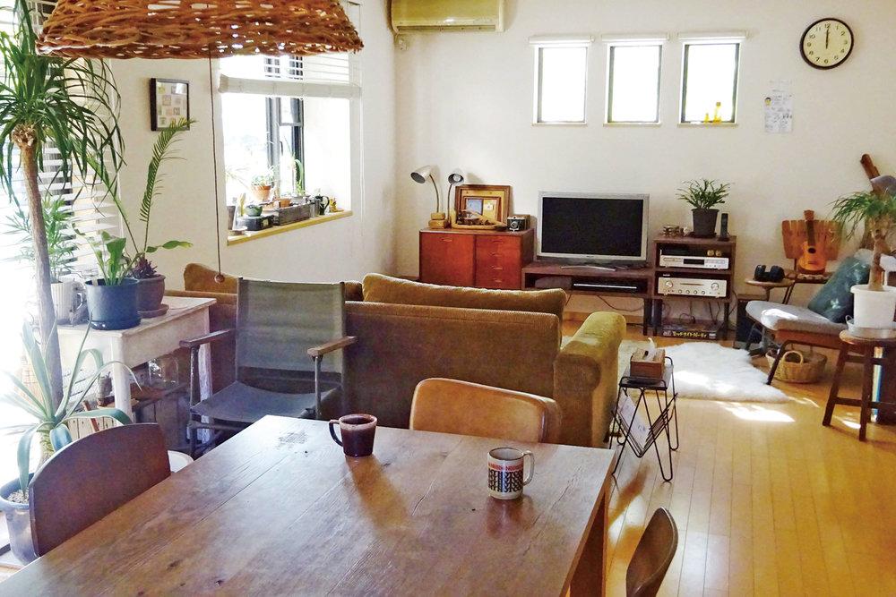 ソファや椅子など心地いい居場所が随所に点在する。