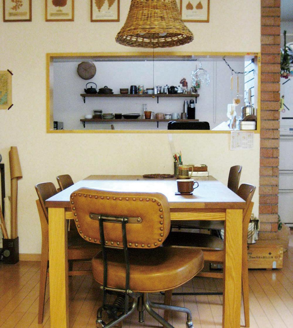 TRUCK FURNITUREで購入したキャスターチェアが智之さんの定位置。ここでコーヒーやジャズを楽しむ。