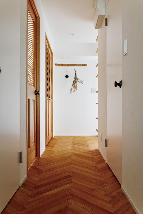 「床材にはこだわりました」と陽子さん。廊下は空間のアクセントになるヘリンボーン張り。